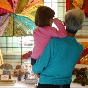 Découverte des créations textiles dans la maison d'hôtes