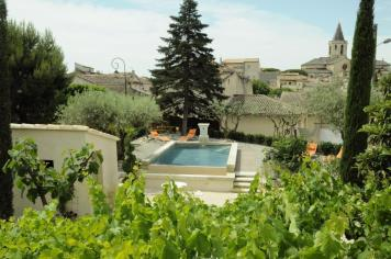 Vue sur la piscine et le village de Mazan