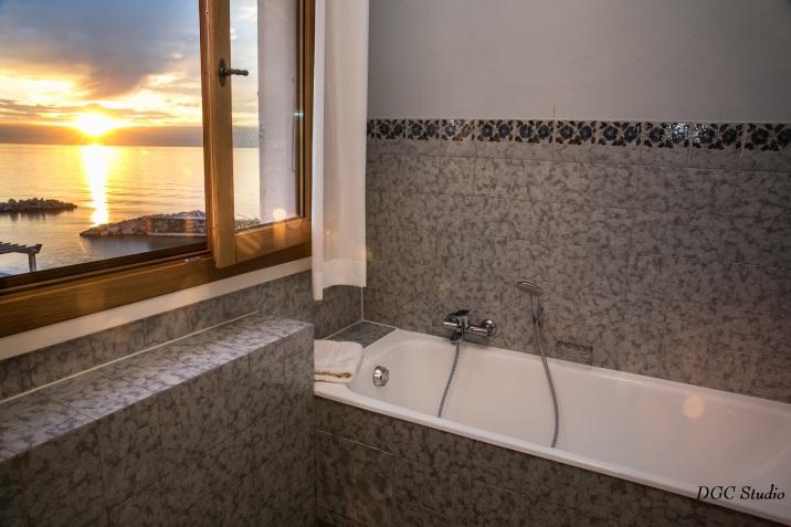 Une salle de bain, vue sur le lac