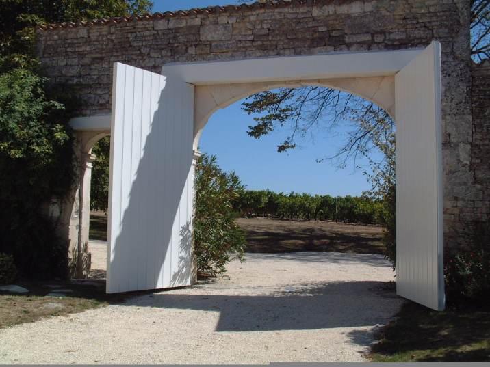 Vue sur les vignes depuis le portail