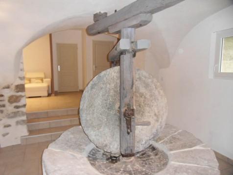 Vestige de l'ancien moulin dans le hall qui dessert les chambres du gîte