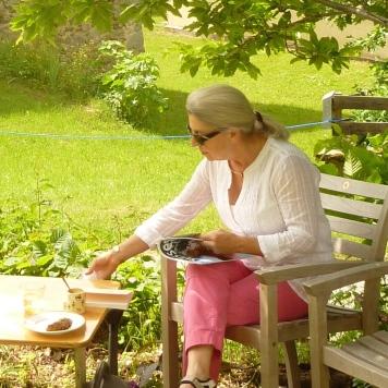 Mieke dans son jardin