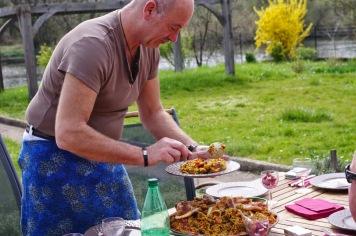 Jean-Pierre servant la Paella