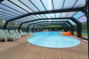 La piscine est couverte selon le temps