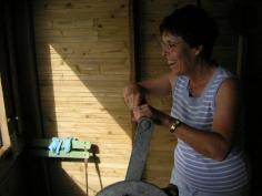 Initiation à la pêche au carrelet pour Josette, une hôte