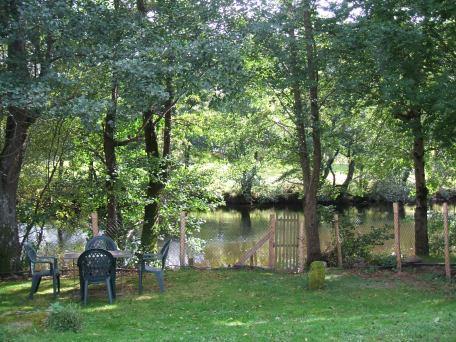 Le jardin du gîte au bord de la rivière