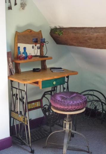 Une ancienne machine à coudre transformée en bureau