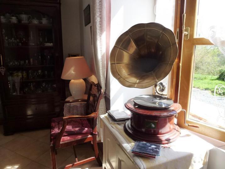 Le vieux tourne-disques dans le salon