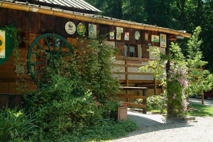La façade du gîte, labellisé Tourisme & Handicap, et gîte Panda WWF