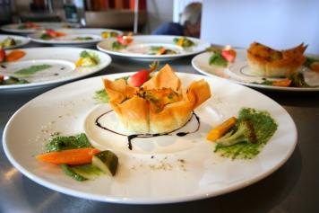 Tartelette aux petits légumes pour la table d'hôtes