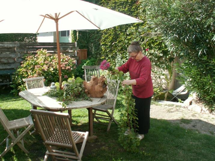 Anne-Marie en pleine préparation de décorations florales