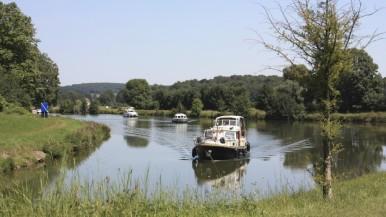 Il est possible de louer un bateau pour naviguer sur la Saône