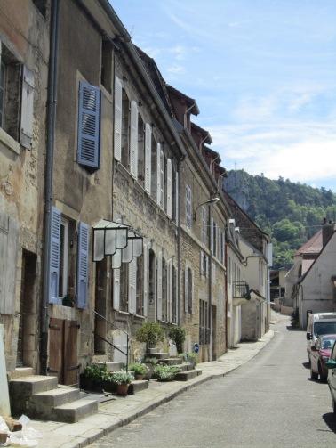 La rue du Théâtre où se trouve le gîte de Jennifer