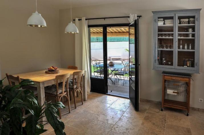 La salle à manger qui donne sur la terrasse