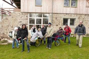 L'utilisation des joëlettes permet de transporter facilement les personnes à mobilité réduite