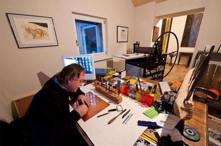 Didier en plein travail de gravure