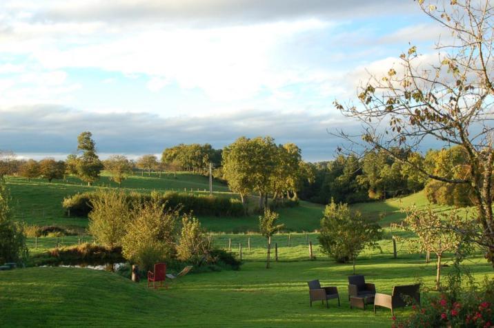 Le jardin d'Evelyne donne sur les douces montagnes bourbonnaises