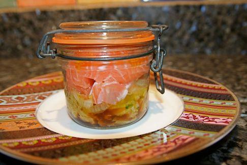 Bocal de truite sur lit de petits légumes
