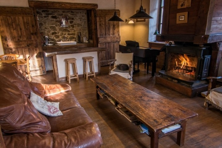 Le salon avec son feu de cheminée