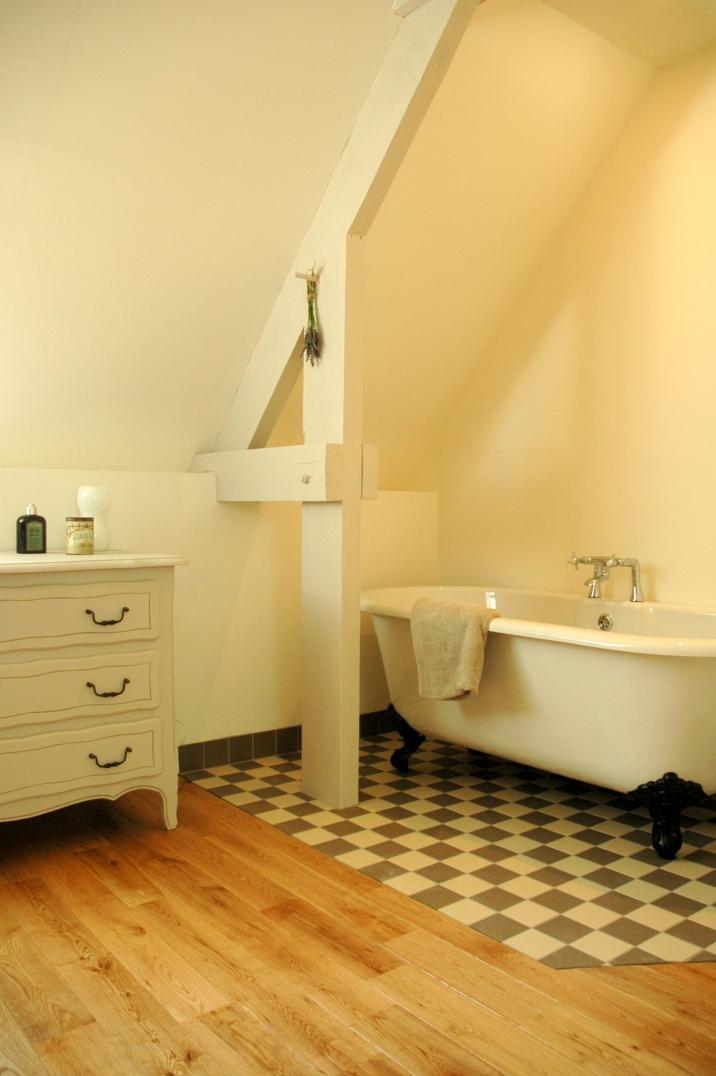 La salle de bain avec sa baignoire à pieds
