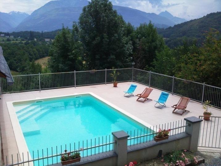 La piscine extérieure, pour les grandes chaleurs de l'été