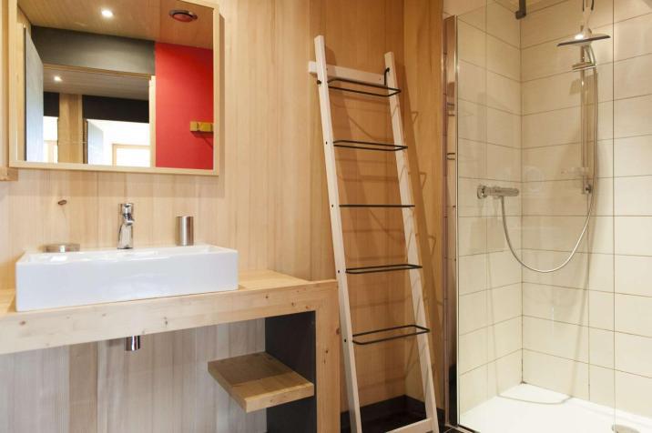 Le bois est également présent dans la salle d'eau !