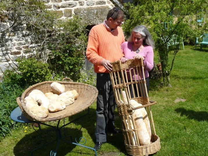 Frédéric et Sylvie proposent à leurs hôtes de fabriquer du pain avec leur four traditionnel